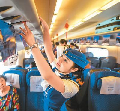 8月3日,在内蒙古自治区乌兰察布开往呼和浩特东站的列车上,乘务员在整理行李架。如今,中国高铁不仅成为百姓的出行首选,更成为闪亮的国家名片。