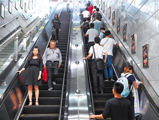 """搭乘扶梯""""左行右立""""?广州地铁:不安全 不提倡"""