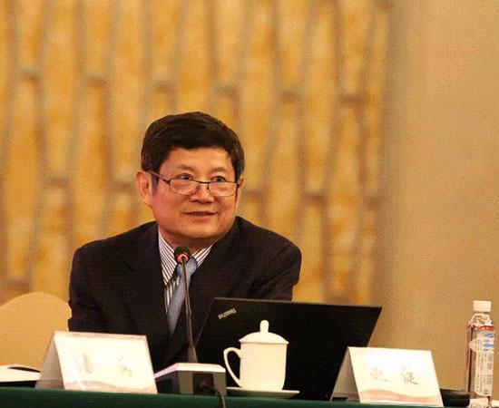 中国经济传媒协会会长赵健主持座谈会。
