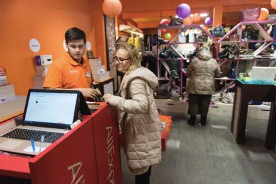 在俄罗斯首都莫斯科的速卖通线下体验店,工作人员帮助顾客下单。
