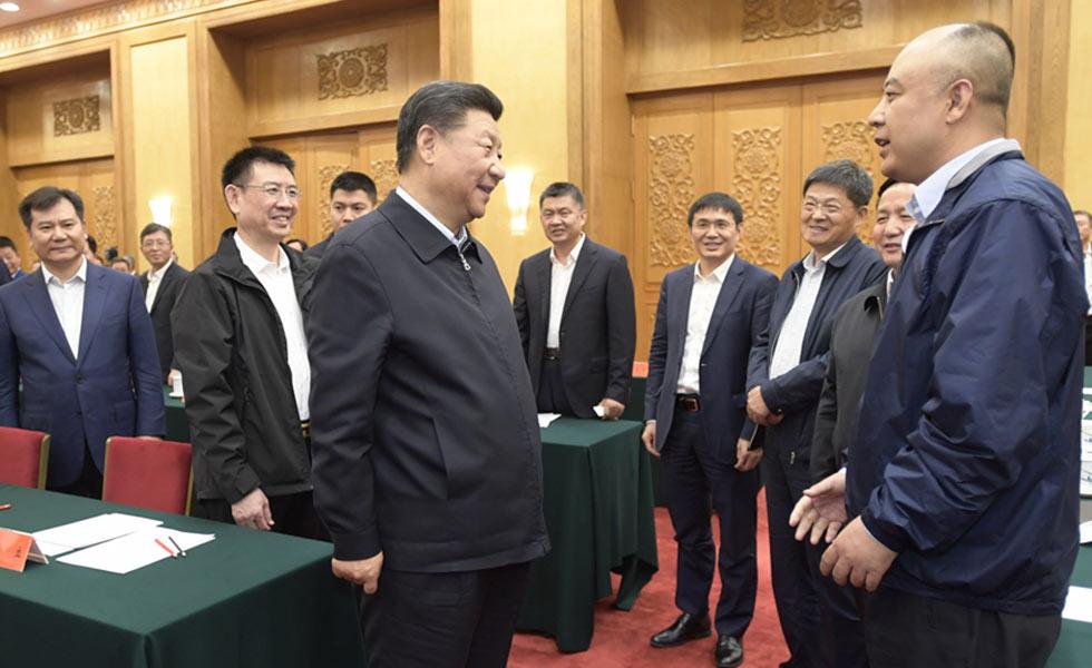 习近平同民营企业家们亲切交流11月1日,中共中央总书记、国家主席、中央军委主席习近平在北京人民大会堂主持召开民营企业座谈会并发表重要讲话。这是习近平同民营企业家们亲切交流。
