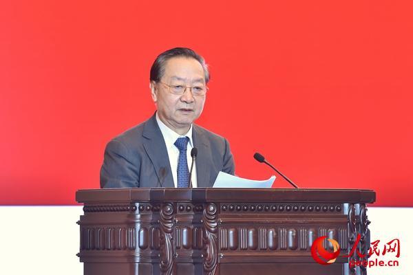 中国工业经济联合会会长李毅中讲话。(人民网记者 翁奇羽 摄)